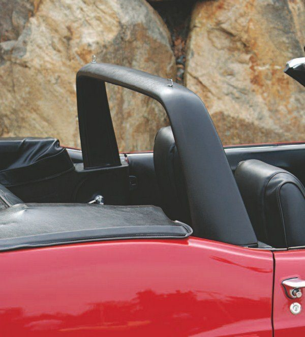 Stylistically, the 1969 convertible roll bar was very similar to that of the 1968 with its thick padded covering, but structurally, the inner steel tube was thinner-walled than in 1968. The attachment method to the car's unibody was also different (welds in 1968, bolts in 1969).